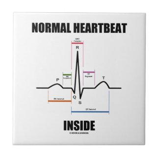 Latido del corazón normal dentro del azulejo cuadrado pequeño