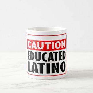 Latino educado de la precaución taza de café