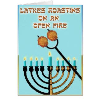 Latkes que asan en un fuego abierto… tarjeta de felicitación
