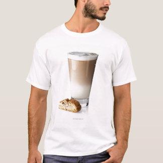 Latte de Caffe con biscotti, en el fondo blanco, Playera