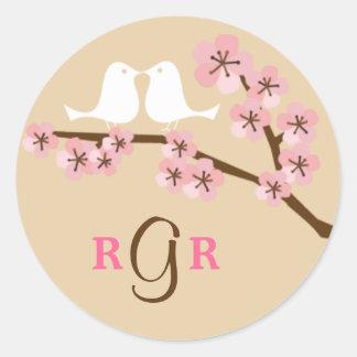 Latte y boda verde de la flor de cerezo pegatina redonda