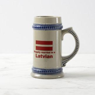 Latvian feliz casado jarra de cerveza
