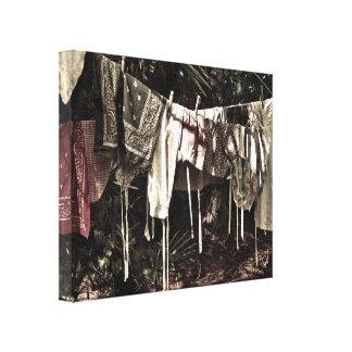 Lavadero en la línea ropa del vintage impresiones de lienzo