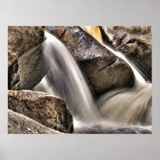 Lavado de la roca del río póster