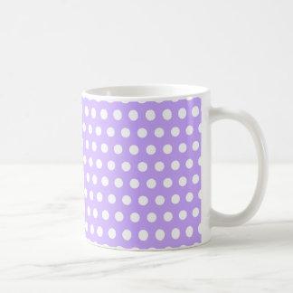 Lavanda con los lunares blancos taza clásica