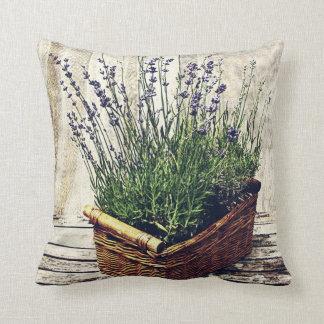 lavanda floreciente púrpura en una cesta - rústica cojín