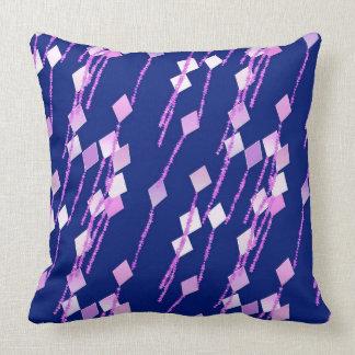 lavanda y cometas rosadas contra azul marino cojín decorativo