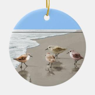 Lavanderas en la línea de la playa adorno de navidad