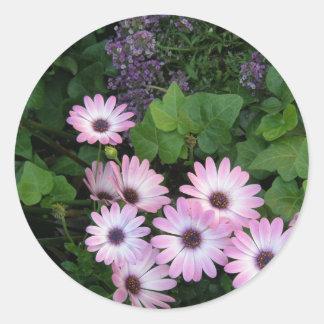 Lavendar y flores púrpuras pegatina redonda