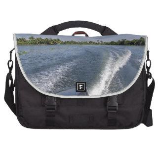 Lávese de un barco en una laguna del agua salada bolsas para ordenador