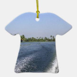 Lávese de un barco en una laguna del agua salada adorno de cerámica en forma de camiseta