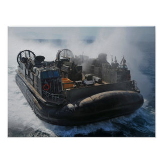 LCAC se acerca a USS Nueva York (LPD 21) Poster