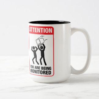 Le están supervisando - humor de la oficina taza de café de dos colores