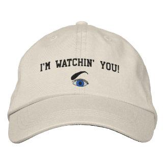 Le estoy mirando bordé el gorra gorra de beisbol