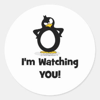 Le estoy mirando pingüino pegatina redonda