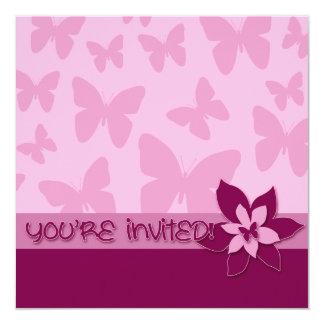 "¡Le invitan! Mariposas rosadas, flor rosada oscura Invitación 5.25"" X 5.25"""