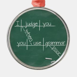 Le juzgo cuando usted utiliza la gramática pobre adorno navideño redondo de metal