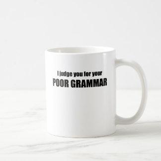 Le juzgo para su gramática pobre taza clásica
