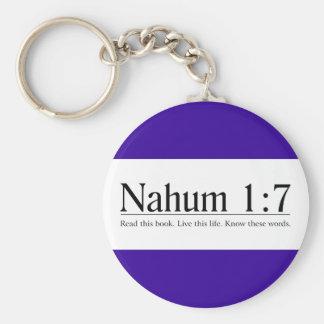 Lea el 1:7 de Nahum de la biblia Llaveros Personalizados