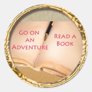 Lea un diseño redondo del libro pegatina redonda