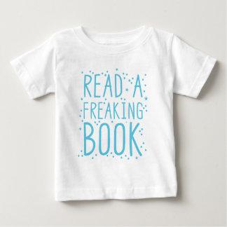 lea un libro del freakin playera de bebé