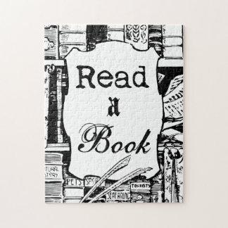 Lea un libro rompecabeza con fotos