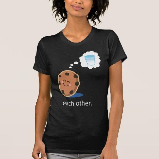 Leche y galletas lindas de los pares ella camisetas