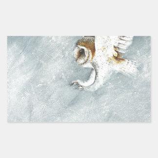 Lechuza común swooping con las garras hacia fuera pegatina rectangular