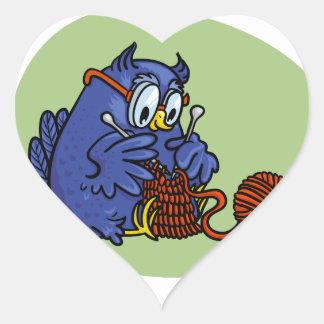 Lechuza pequeña tricota una bufanda pegatina en forma de corazón