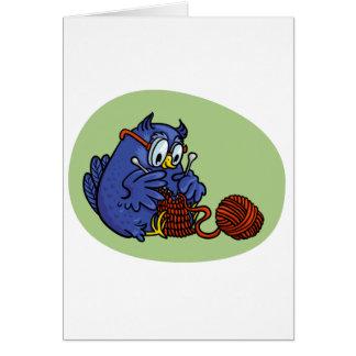 Lechuza pequeña tricota una bufanda tarjeta de felicitación