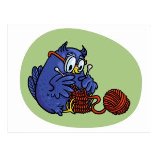 Lechuza pequeña tricota una bufanda postales