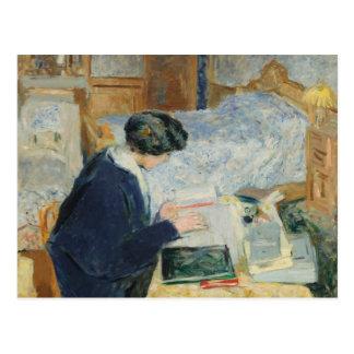 Lectura al lado de su cama tarjeta postal