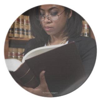 Lectura de la mujer en biblioteca jurídica plato de comida