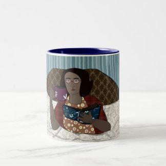 Lectura de la mujer en cama taza de café de dos colores