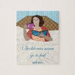 Lectura de la mujer en rompecabezas de la cama
