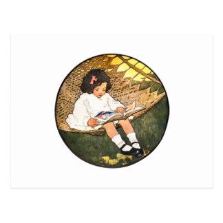 Lectura de la niña en una hamaca tarjeta postal