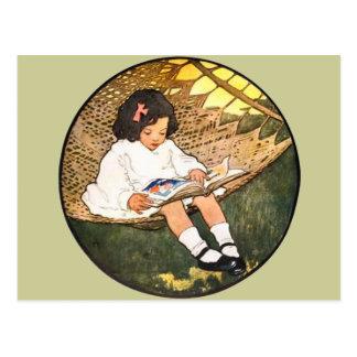 Lectura de la niña en una hamaca tarjetas postales