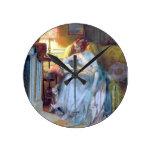 Lectura de la señora por la lámpara reloj de pared