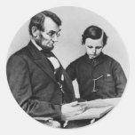 Lectura de presidente Lincoln con el hijo Tad Pegatinas Redondas