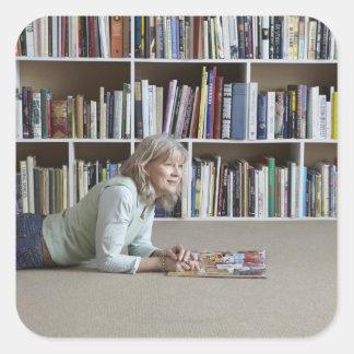 Lectura de una más vieja mujer por los estantes pegatina cuadradas personalizada