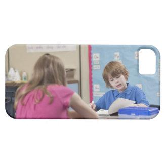 Lectura del chica (10-11) y del muchacho (6-7) en funda para iPhone SE/5/5s