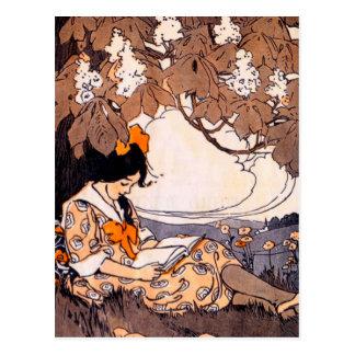Lectura del chica del vintage debajo de un árbol tarjetas postales