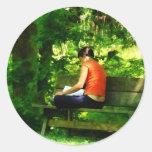 Lectura del chica en parque pegatina redonda