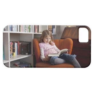 Lectura del chica por el estante iPhone 5 Case-Mate carcasa