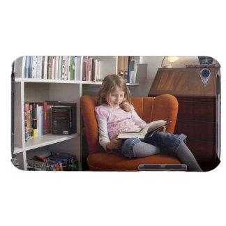 Lectura del chica por el estante iPod touch Case-Mate coberturas