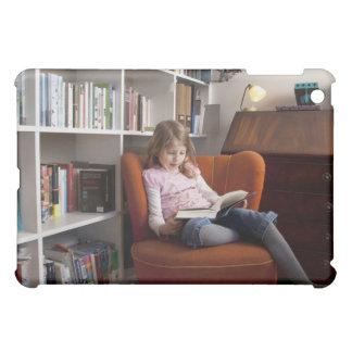 Lectura del chica por el estante