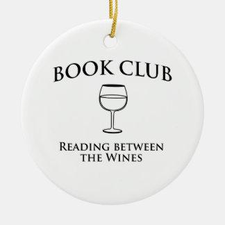 Lectura del círculo de lectores entre los vinos adorno navideño redondo de cerámica