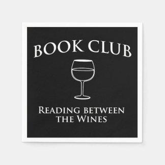 Lectura del círculo de lectores entre los vinos servilletas de papel