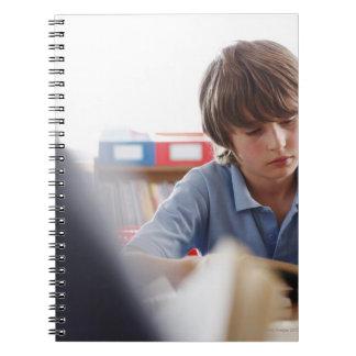 lectura del colegial en sala de clase libretas espirales