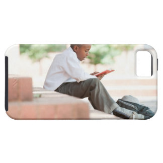 Lectura del muchacho en pasos fuera de la escuela, funda para iPhone SE/5/5s